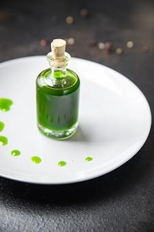 グリーンオイルパセリディルバジルフレッシュミントミールスナックテーブルコピースペース食品背景素朴