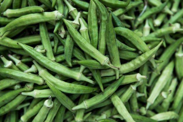 緑のオクラの質感。食品用の新鮮な若いオクラ、オクロガンボ