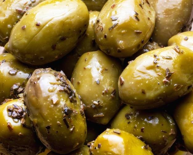 Зеленые оливки с зеленью в качестве фона. здоровое питание. средиземноморская кухня. плоская планировка. крупный план