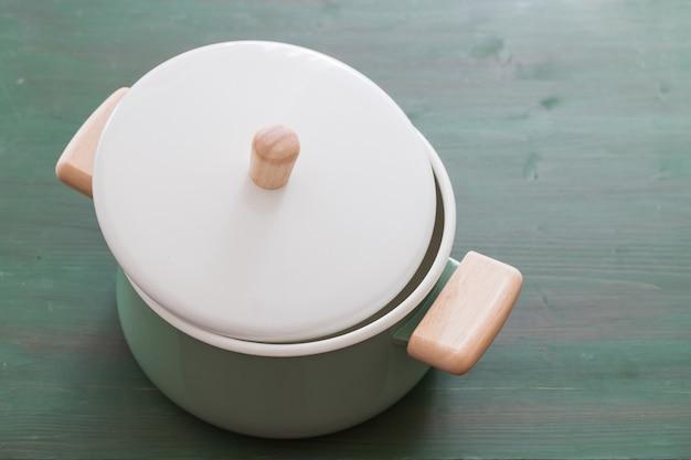 緑の木の緑の開いた調理鍋