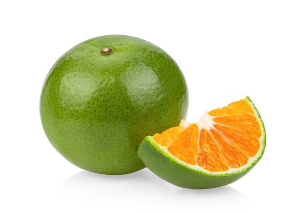 白い表面に分離されたグリーンオレンジタンジェリン
