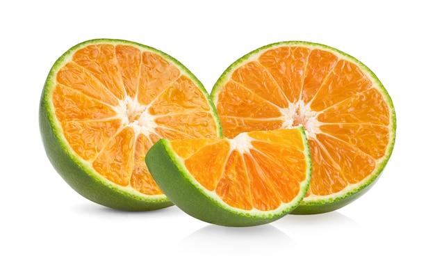 白い背景に分離された緑オレンジタンジェリンスライス