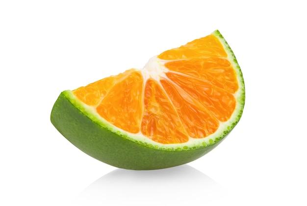 白い表面に分離された緑オレンジタンジェリンスライス