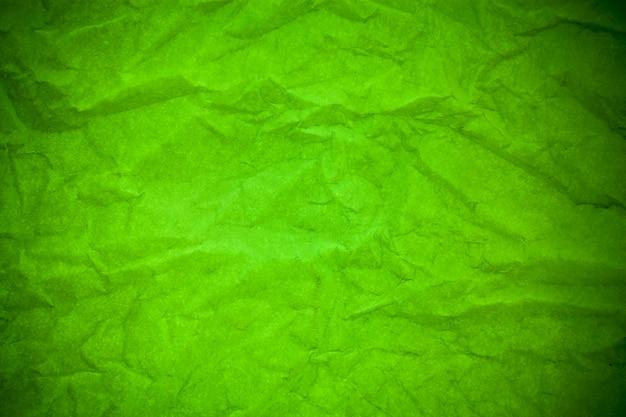 緑の紙のしわくちゃのテクスチャの背景。