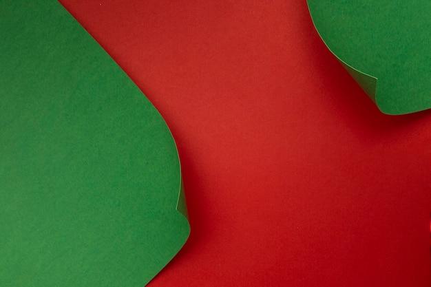 赤いテーブルの上の緑の紙