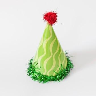 Cappello da festa verde su sfondo bianco