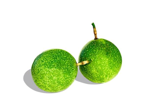 흰색 배경에 고립 된 녹색 열정 과일