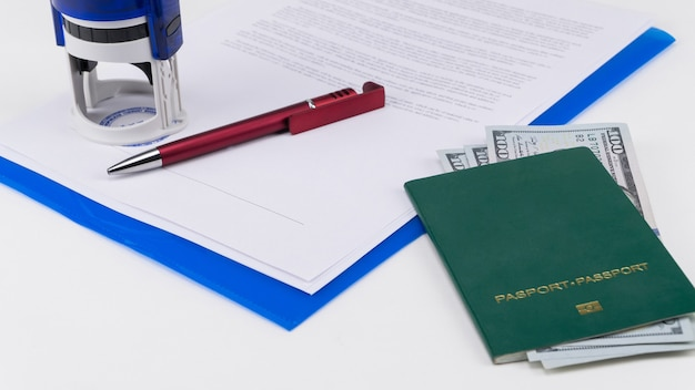 Зеленый паспорт с долларами сша на фоне документов и контракта взяточничество и коррупция