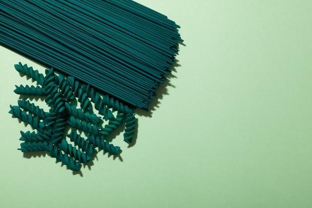 Зеленые макаронные изделия со спирулиной или хлореллой