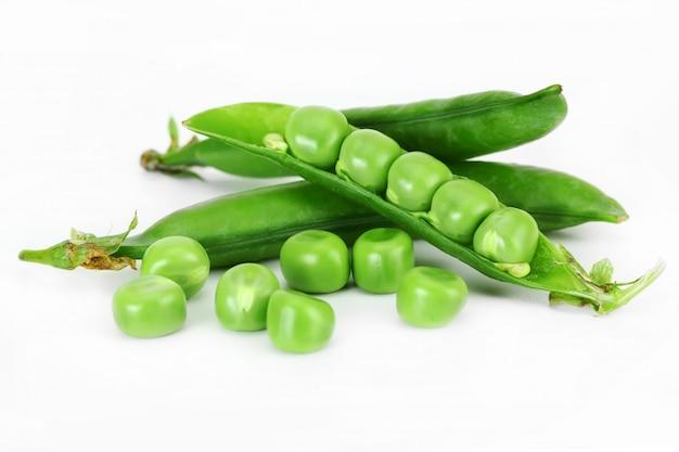 Зеленый горошек для салата, на белом фоне