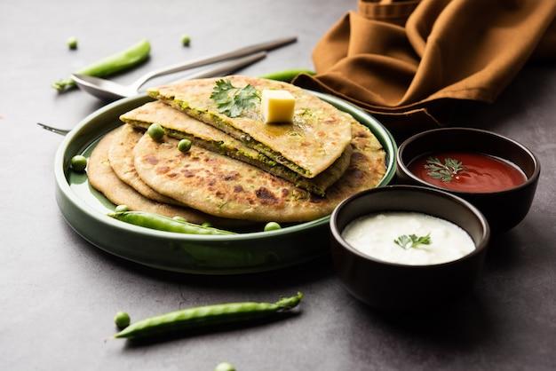 Green peas 또는 matar ka paratha는 통 밀가루, 녹색 완두콩으로 만든 인도 무교병 플랫 브레드 인 펀 자브 요리입니다. 케첩과 커드와 함께 제공