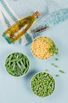 녹색 완두콩, 달콤한 옥수수 및 그릇에 녹색 콩을 잘라. 빠른 요리를위한 수제 준비의 개념입니다. 건강한 채식 음식 개념