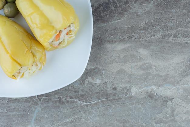 Filetto di peperone verde con crauti su piatto bianco