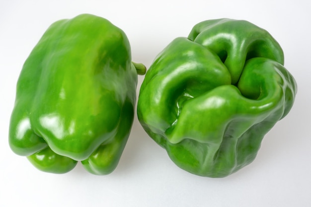 Зеленый перец на белом фоне