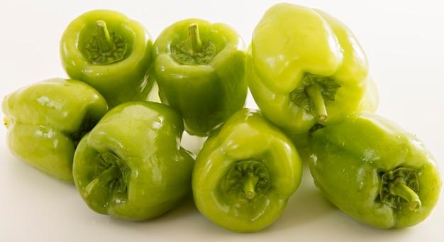 Зеленый перец на белом
