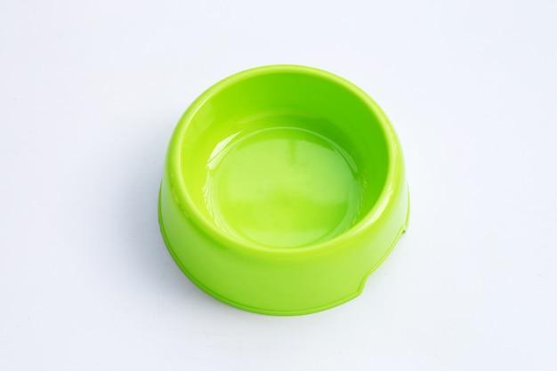 白い背景の上の緑のペットボウル