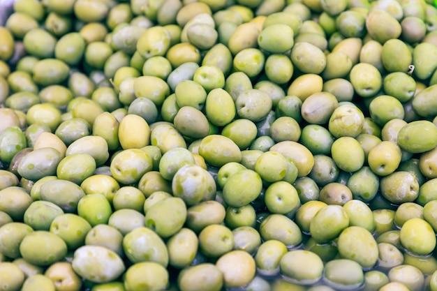 이탈리아 식료품 시장에서 고추를 곁들인 녹색 절인 올리브