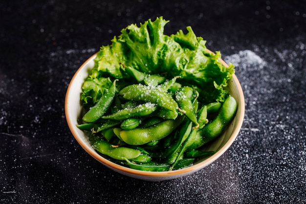 ボウルの中の緑のピクルス、豆、レタス。
