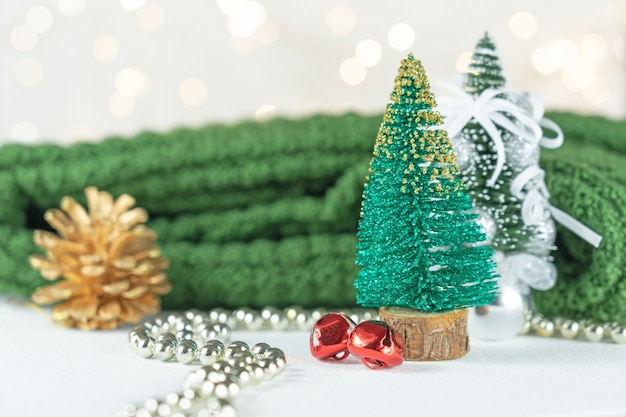 Зеленая сосна и украшения на рождество