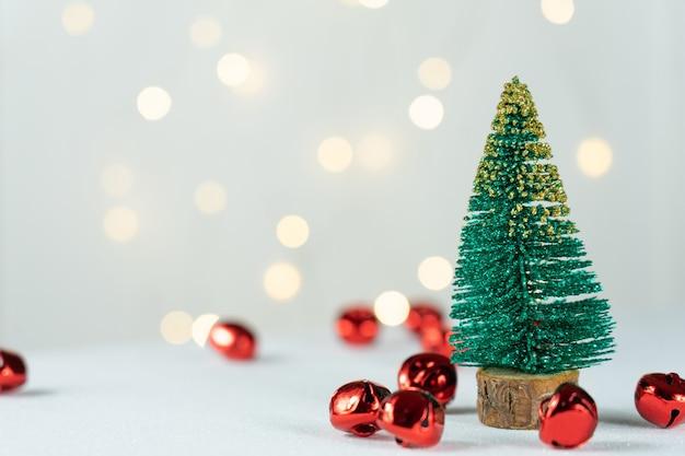 Зеленая сосна и украшения с рождественскими огнями