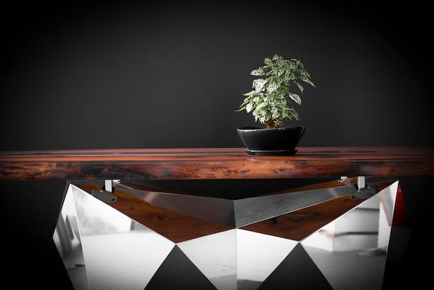 豪華な手作りエポキシ樹脂テーブルの上の緑の植物