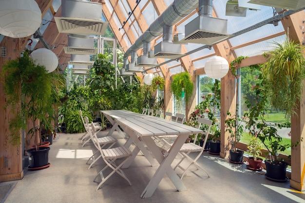 유리 지붕이 있는 파빌리온에 있는 녹색 식물. 현대적인 인테리어입니다.