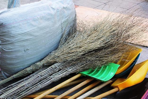 Зеленое пластиковое ведро для уборки стоит на коричневом коврике возле двери. понятие об уборке и чистоте.