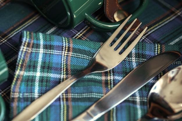 テーブルの上の緑色のプラスチック製の台所用品をクローズアップ