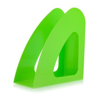Лоток для хранения зеленой пластиковой бумаги, изолированные на белом фоне, крупным планом. канцелярские и школьные принадлежности.