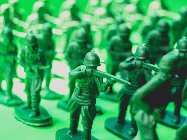 Зеленые пластиковые игрушки солдаты