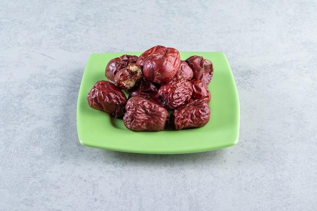 Piatto verde di gustosi silverberries maturi su marmo.