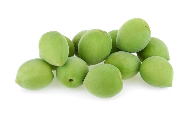 흰색 배경에 고립 된 녹색 매실 열매