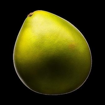 黒の背景に分離された緑のザボン柑橘系の果物。クリッピングパス付き。