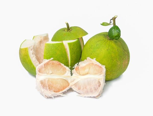 흰색 배경에 녹색 포멜로 과일