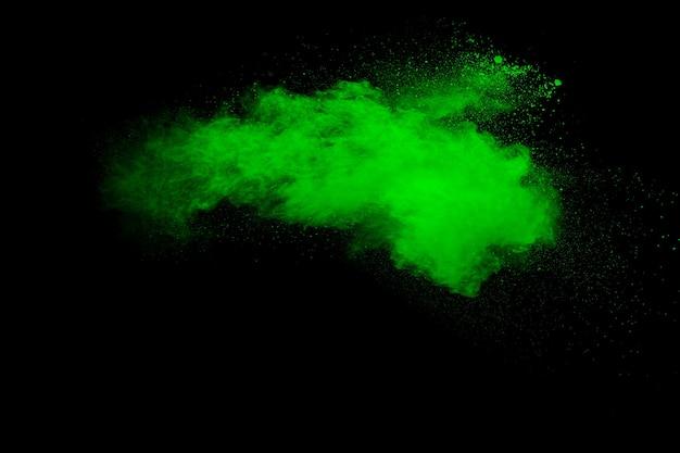 黒の背景に緑の粉塵爆発。