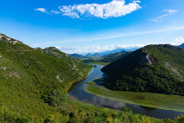 シュコダル湖のほとりにある、ツルノイェヴィッチ川またはブラック川の山、緑のピラミッド。モンテネグロ