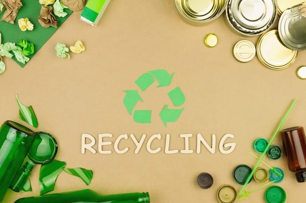 사용 된 쓰레기 쓰레기의 분류의 상징으로 녹색 재활용 화살표 기호