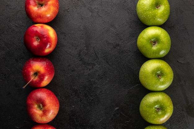 회색 책상에 녹색 빨간 사과 신선한 익은 부드러운 육즙 전체