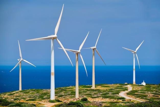 녹색 재생 가능 대체 에너지 개념-풍력 발전기 터빈은 전기를 생성합니다.