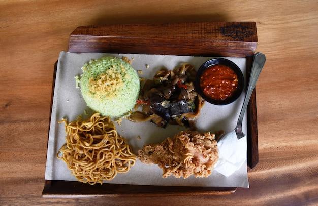 튀긴 치킨 전통 음식을 곁들인 녹색 쌀과 국수