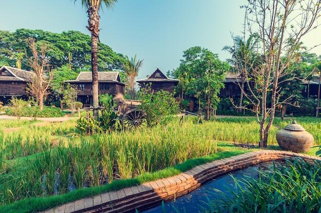 ヴィラ、タイの緑の田んぼ