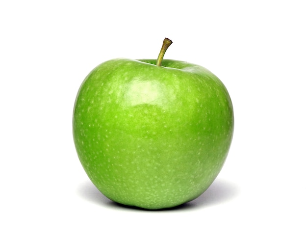 Зеленое спелое яблоко, изолированные на белом фоне