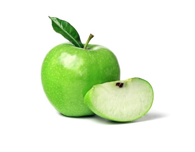 Зеленое спелое яблоко с зелеными листьями и ломтиком, изолированные на белом фоне