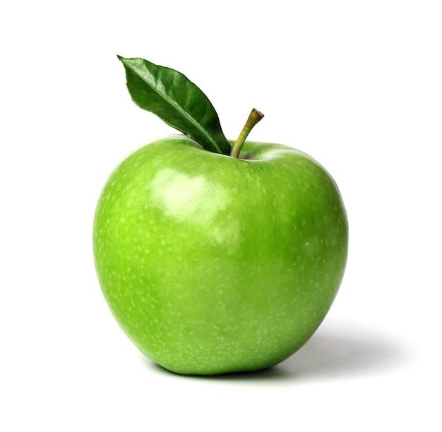 Зеленое спелое яблоко с зеленым листом, изолированные на белом фоне