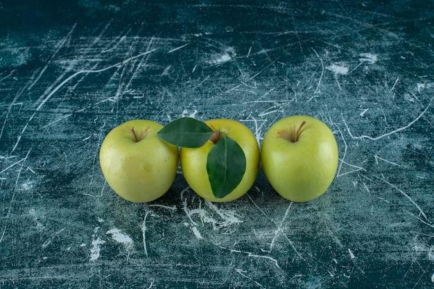 대리석 배경에 녹색 익은 사과. 고품질 사진