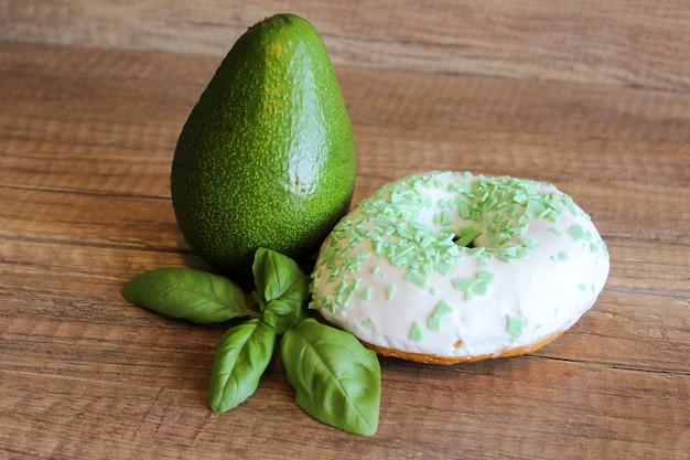 녹색 익은 아보카도와 흰색 유약 도넛