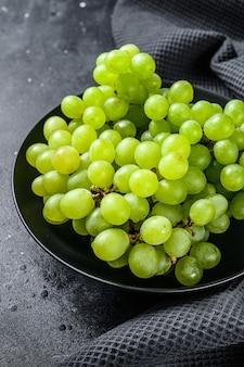 プレート、秋の果物の緑の熟したブドウ