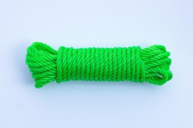 Зеленая веревка на белом фоне.