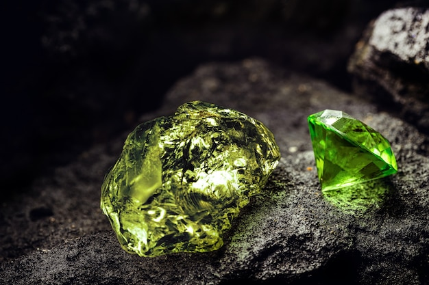 탄광, 광산 개념 및 희귀 한 보석의 녹색 거친 다이아몬드와 녹색 컷 다이아몬드