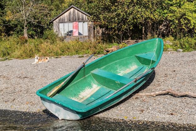 湖岸の緑の手漕ぎボート。ロシア、アルタイ、テレツコイ湖